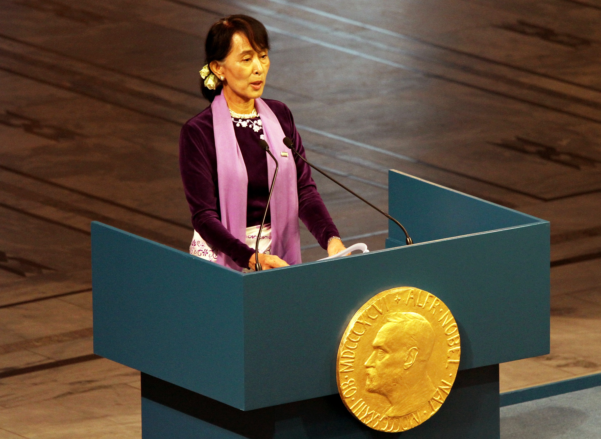 a short essay on aung san suu kyi Daw aung san suu is known as a political leader in her country born in yangon, myanmar, which is now called rangoon, burma suu kyi was the.